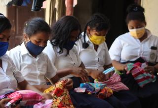 Niñas y adolescentes indígenas estudiantes del Colegio Gran Ducado de Luxemburgo en Puerto Cabezas, Nicaragua, participando de una charla y recibiendo kit para fortalecer sus conocimientos sobre higiene menstrual. Foto: Diter Bonilla/UNFPA Nicaragua.