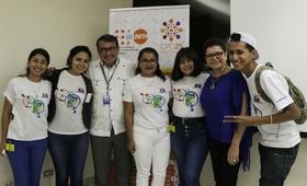 Adolescentes promotores de salud sexual y reproductiva de PROFAMILIA junto a Elena Zúñiga, Representante de UNFPA y Edgard Narváez, Analista de Programa de UNFPA.